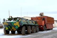 Στρατιωτικός εξοπλισμός - ένας θωρακισμένος στράτευμα-μεταφορέας και το φορτηγό με Στοκ Φωτογραφίες