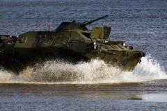 Στρατιωτικός εξοπλισμός στην επίδειξη, οι γύροι δεξαμενών στο νερό στοκ εικόνες