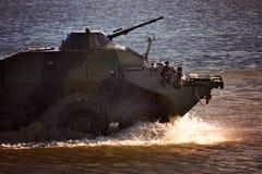 Στρατιωτικός εξοπλισμός στην επίδειξη, οι γύροι δεξαμενών στο νερό στοκ εικόνα