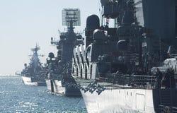 Στρατιωτικός θαλάσσιος στόλος θάλασσας παρελάσεων στοκ εικόνα με δικαίωμα ελεύθερης χρήσης