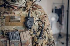 Στρατιωτικός με το ραδιόφωνο στην τσέπη στοκ εικόνες με δικαίωμα ελεύθερης χρήσης