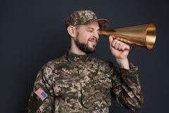 Στρατιωτικός με το megaphon στοκ φωτογραφίες με δικαίωμα ελεύθερης χρήσης