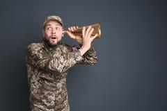 Στρατιωτικός με megaphone στοκ εικόνα με δικαίωμα ελεύθερης χρήσης