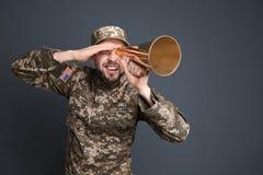 Στρατιωτικός με megaphone στοκ εικόνα