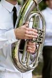 Στρατιωτικός μουσικός στο ομοιόμορφο παιχνίδι στο tuba φεστιβάλ ορχηστρών πνευστ0ών από χαλκό στοκ εικόνες