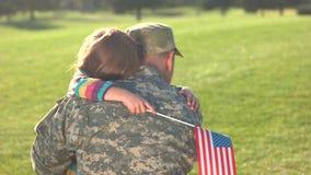 Στρατιωτικός πατέρας και λίγη κόρη που επανασυνδέονται απόθεμα βίντεο
