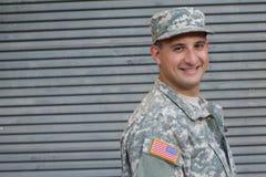 Στρατιωτικός που απομονώνεται στο γκρίζο υπόβαθρο στοκ φωτογραφία με δικαίωμα ελεύθερης χρήσης