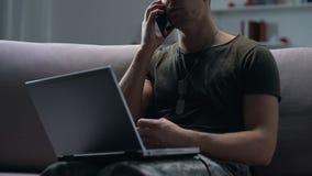 Στρατιωτικός που μιλά στο lap-top τηλεφωνικής εκμετάλλευσης, ψυχολογική υπηρεσία υποστήριξης απόθεμα βίντεο