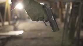 Στρατιωτικός που περπατά στο σκοτεινό σπίτι με ένα πυροβόλο όπλο και που ψάχνει τον εχθρό φιλμ μικρού μήκους