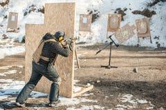 Στρατιωτικός πυροβολισμός στρατιωτών από το πολυβόλο τουφεκιών στον κινούμενο στόχο στοκ εικόνες