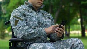 Στρατιωτικός στην αναπηρική καρέκλα ταξί διαταγών που προσαρμόζεται μεταφορά για την εκτός λειτουργίας, app φιλμ μικρού μήκους