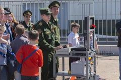 Στρατιωτικός στη διαχείριση του ανθρακωρύχου ρομπότ Στοκ Φωτογραφίες