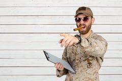 Στρατιωτικός στο ομοιόμορφο χρησιμοποιώντας πούρο στοκ εικόνα