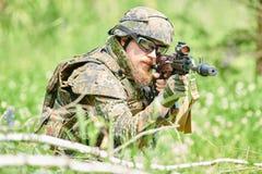 Στρατιωτικός στρατιώτης με το τουφέκι στοκ φωτογραφία με δικαίωμα ελεύθερης χρήσης