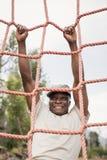 Στρατιωτικός στρατιώτης που αναρριχείται σε ένα δίχτυ κατά τη διάρκεια της σειράς μαθημάτων εμποδίων στοκ εικόνες με δικαίωμα ελεύθερης χρήσης
