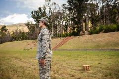 Στρατιωτικός στρατιώτης που στέκεται στη στάση προσοχής στοκ φωτογραφίες με δικαίωμα ελεύθερης χρήσης