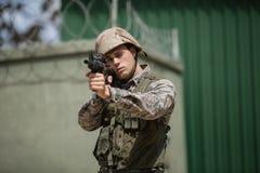 Στρατιωτικός στρατιώτης που στοχεύει με ένα τουφέκι στοκ εικόνα