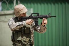 Στρατιωτικός στρατιώτης που στοχεύει με ένα τουφέκι στοκ φωτογραφίες