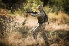 Στρατιωτικός στρατιώτης που στοχεύει με ένα τουφέκι στοκ φωτογραφία