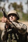 Στρατιωτικός στρατιώτης που στοχεύει με ένα τουφέκι στοκ εικόνες