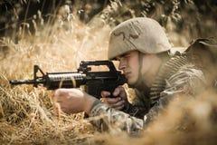 Στρατιωτικός στρατιώτης που στοχεύει με ένα τουφέκι στοκ εικόνες με δικαίωμα ελεύθερης χρήσης