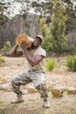 Στρατιωτικός στρατιώτης που φέρνει ένα κούτσουρο δέντρων κατά τη διάρκεια της σειράς μαθημάτων εμποδίων Στοκ φωτογραφία με δικαίωμα ελεύθερης χρήσης