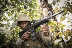 Στρατιωτικός στρατιώτης που φρουρεί με ένα τουφέκι στοκ φωτογραφίες με δικαίωμα ελεύθερης χρήσης