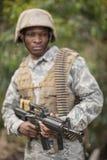 Στρατιωτικός στρατιώτης που φρουρεί με ένα τουφέκι στοκ φωτογραφίες