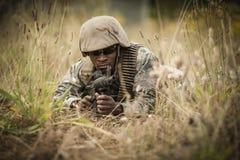Στρατιωτικός στρατιώτης που φρουρεί με ένα τουφέκι στοκ φωτογραφία με δικαίωμα ελεύθερης χρήσης