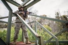 Στρατιωτικός στρατιώτης που φρουρεί με ένα τουφέκι στοκ εικόνα με δικαίωμα ελεύθερης χρήσης