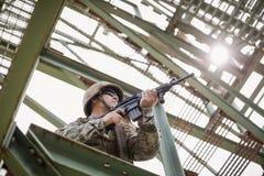 Στρατιωτικός στρατιώτης που φρουρεί με ένα τουφέκι στοκ φωτογραφία