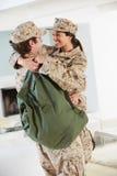 Στρατιωτικός χαιρετισμός ζεύγους μεταξύ τους στην εγχώρια άδεια στοκ εικόνες με δικαίωμα ελεύθερης χρήσης