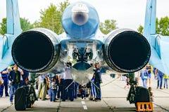 Στρατιωτικό αεριωθούμενο αεροπλάνο από την πλάτη στοκ εικόνες