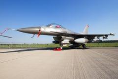 Στρατιωτικό αεριωθούμενο αεροπλάνο πολεμικό αεροσκάφος F-16 Στοκ Φωτογραφίες