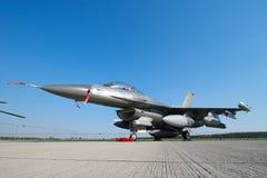 Στρατιωτικό αεριωθούμενο αεροπλάνο πολεμικό αεροσκάφος F-16 Στοκ εικόνες με δικαίωμα ελεύθερης χρήσης