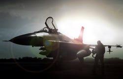 Στρατιωτικό αεριωθούμενο αεροπλάνο στη σκιαγραφία με το πειραματικό περπάτημα μακριά Στοκ Φωτογραφία