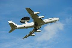 Στρατιωτικό αεριωθούμενο αεροπλάνο AWACS ραντάρ Πολεμικής Αεροπορίας πετώντας Στοκ εικόνες με δικαίωμα ελεύθερης χρήσης