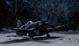Στρατιωτικό αεροπλάνο Δεύτερου Παγκόσμιου Πολέμου με τις βαριές χιονοπτώσεις Στοκ Εικόνα