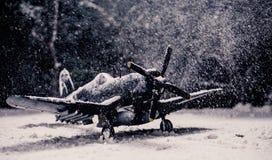 Στρατιωτικό αεροπλάνο Δεύτερου Παγκόσμιου Πολέμου με τις βαριές χιονοπτώσεις Στοκ εικόνα με δικαίωμα ελεύθερης χρήσης