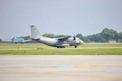 Στρατιωτικό αεροπλάνο που προετοιμάζεται για την απογείωση Στοκ εικόνες με δικαίωμα ελεύθερης χρήσης
