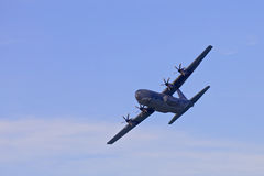 Στρατιωτικό αεροπλάνο στα skyes Στοκ Εικόνες