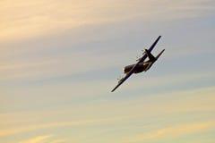 Στρατιωτικό αεροπλάνο στα skyes Στοκ Φωτογραφίες