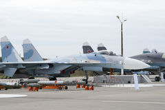 Στρατιωτικό αεροπλάνο στο διάδρομο του αεροδρομίου στοκ εικόνες με δικαίωμα ελεύθερης χρήσης