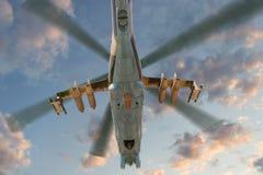 Στρατιωτικό ελικόπτερο κατά την πτήση Στοκ φωτογραφία με δικαίωμα ελεύθερης χρήσης