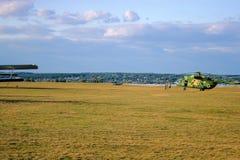 Στρατιωτικό ελικόπτερο στον τομέα στοκ εικόνα με δικαίωμα ελεύθερης χρήσης