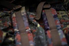Στρατιωτικό ευρύχωρο σακίδιο πλάτης κάλυψης Στο πλαίσιο του λουριού και το πίσω μέρος ενός σακιδίου πλάτης στενό χρωμάτων ύδωρ όψ στοκ εικόνες