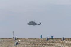 Στρατιωτικό ελικόπτερο κατά την πτήση Στοκ Εικόνες
