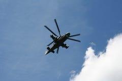 Στρατιωτικό ελικόπτερο στον ουρανό Στοκ Εικόνες