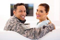 Στρατιωτικό ζεύγος που ξανακοιτάζει στοκ εικόνες με δικαίωμα ελεύθερης χρήσης