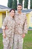 Στρατιωτικό ζεύγος στην ομοιόμορφη στάση έξω από το σπίτι στοκ φωτογραφίες